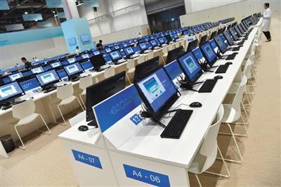 新闻中心公共工作区配有多台电脑。新华社记者 李鑫 摄