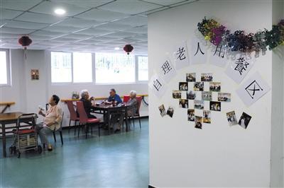 7月10日,一民营养老院里,住在这里的老人们准备吃晚餐。 新京报记者 吴江 摄