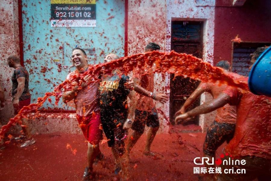 西班牙小镇举办番茄大战 2万人砸160吨番茄