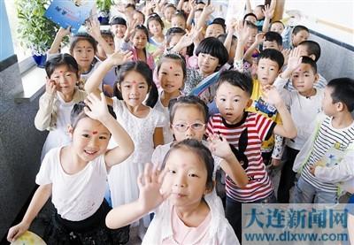 """接着187名新入学的""""一年级小豆包"""",孩子们在庄重认真的氛围里"""