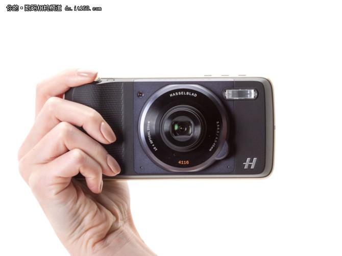 配置方面,哈苏True Zoom相机为塑料材质,内置一颗1200万像素的1/2.3英寸CMOS传感器,镜头等效焦距为25-250mm、光圈F3.5-6.5,以及提供光学防抖功能和全高清视频拍摄功能。据悉,哈苏True Zoom相机模组目前支持Moto Z、Moto Z Force和Moto Z Play三款智能手机,其售价为299美元(约1,996元人民币),预计将于9月份在全球范围内发售。