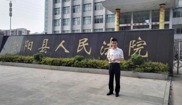 朱俊龙到崇阳县法院了解该起行贿受贿案的审理进展。 澎湃新闻记者 王选辉 图