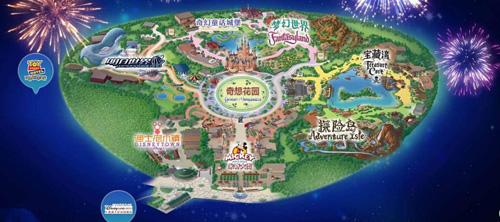 """上海迪士尼占地116公顷,包含了米奇大街、奇想花园、探险岛、宝藏湾、明日世界、梦幻世界六个主题园区,同时在打造""""中国版""""迪士尼的同时,融入了更多的中国元素,不论是""""花木兰""""的游行彩车还是与迪士尼""""十二生肖""""合影留念,原汁原味的迪士尼人物碰上传统中国风,让上海迪士尼独具魅力。"""