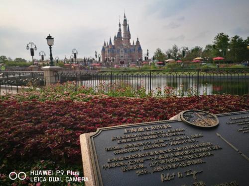 通过园区大门进入眼帘的就是耸立在公园正中央的城堡,我们的梦幻之旅也就此开始。