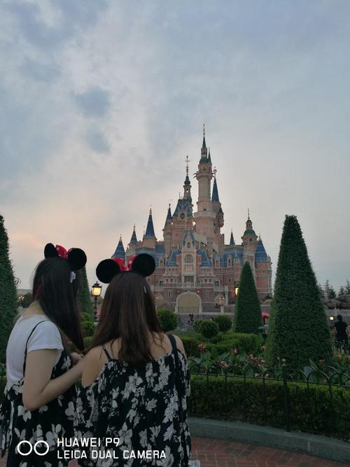 看到城堡同行的女士们就走不动了,看来当公主、住城堡想必是所有女孩子心中从小到大的梦想吧?