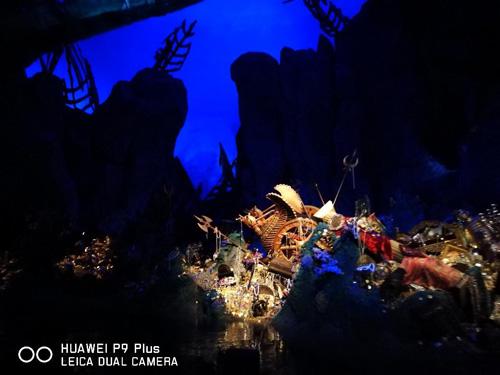 """宝藏湾是全球迪士尼乐园中第一个以海盗为主题的园区,而上海迪士尼中的""""宝藏湾""""里更住着一群形形色色、乐天随性的海盗,四处寻找好玩刺激的冒险。在这里,色彩、视觉和音乐的激烈碰撞,将海盗们浮躁轻狂与颠沛流离的个性融入各种异域文化,呈现出丰富饱满的细节刻画和故事讲述。"""