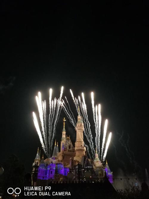 夜幕降临烟火秀就是它的主题,随着一声巨响,壮观、绚丽的烟花盛典将分散在园区内部的游人都聚集到城堡附近,来一同领略过去只能通过网络、图片才能看到的迪士尼公园中的烟花表演。