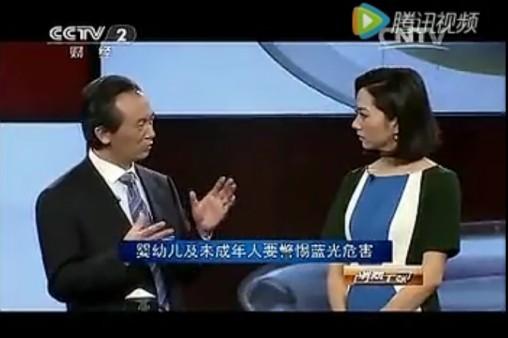 实验证明,观看15分钟手机屏幕的眼部疲劳度相当于观看1小时电视。或许你也有这样的体验,就是长时间看纸质书要比在电子设备上阅读更舒适。这究竟是什么原因呢?曾做客央视二套《消费主张》栏目的北京同仁医院眼科主治医生周哲,从科学的道理深入浅出的告知我们伤害眼睛的祸首就是——蓝光。