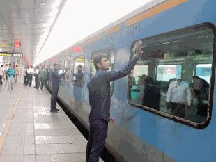 根据这项计划,印度铁路公司已经开始招标,准备在政府和社会资本合作的基础上开发、建立和运行印度超高速铁路系统。一位铁路高级官员说,最晚的一次招标是在9月6日,目前已经有4家全球性企业表示出对这个项目的兴趣。他说,使用超高速技术后,列车运行的速度可以超过350km/h,这一技术已在德国、中国、日本等国运用。