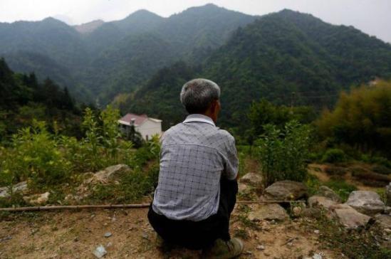 """""""光棍村""""就藏在这座深山里,四面环山,只有一条土路与外界相连;没有水,只有一口储水窖,水窖是政府打的,每年给灌两窖水。"""