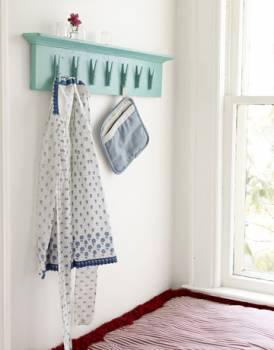 随便找根绳子挂在厨房门后头,挂上晾衣架,把清洁手套夹住,看上去舒服又省空间。