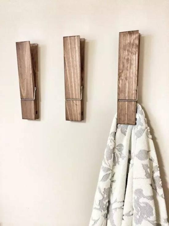 刷上颜色后放在客厅墙上,挂包包、衣服也十分方便。