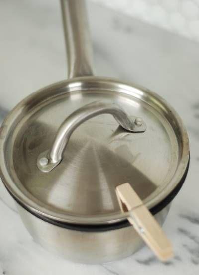 勺子筷子一不小心就滑到锅里了,弄脏勺子不说,连里面的菜都毁了,这时候用晾衣夹将勺子的手柄夹住固定在锅边,吃火锅、煲汤的时候再方便不过。