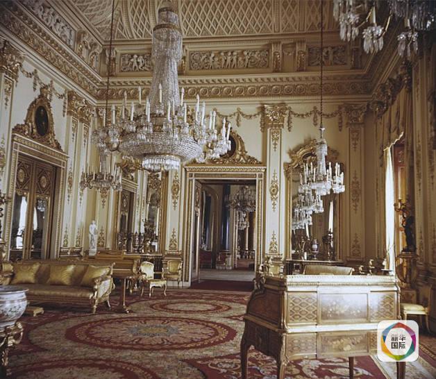 目前,白金汉宫的工作人员超过800名,其中有很多人都是住在白金汉宫里面的。怎么样是不是很心动,认真考虑下?