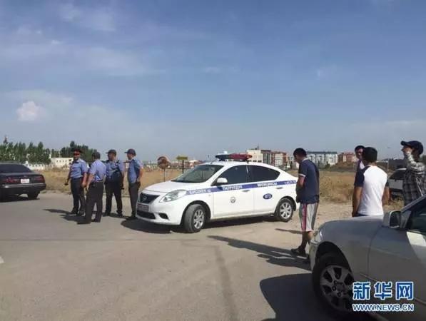 8月30日,在吉尔吉斯斯坦都城比什凯克,警车停在爆破所在左近。 (新华社记者 陈瑶 摄)