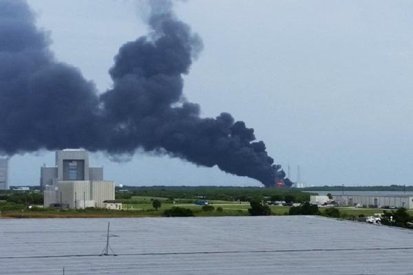 美国肯尼迪航天中心发射台爆炸 腾起巨大浓烟
