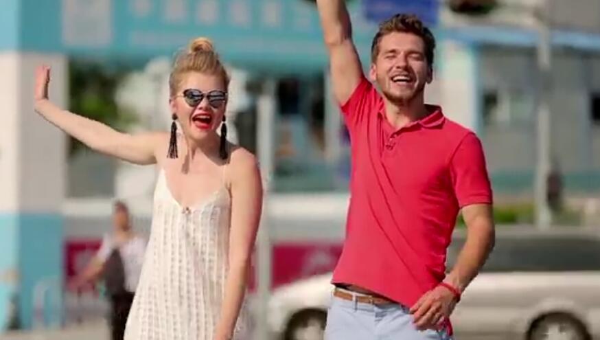 """《花or字》是乌克兰的一档旅游节目,两位主持人同游一个城市,抛硬币决定自己的命运。一个人拿着无限额金卡,体验极致奢华游;另一人两天只有100美元的预算,他的任务就是用最少的钱get到一座城市的精髓。这档节目已经播出12季了,本季的主题是""""买买买"""",在8月28日播出的最新一集里,他们来到了深圳。"""