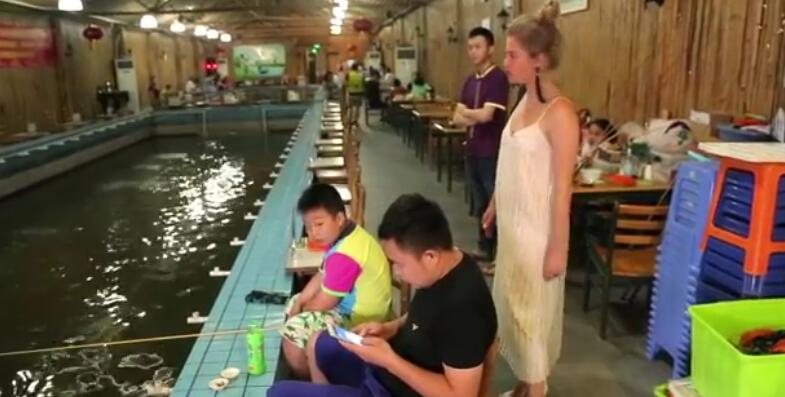 只要45块钱,店家提供鱼竿和鱼饵,客人自己动手钓虾,半个小时,钓多少吃多少。