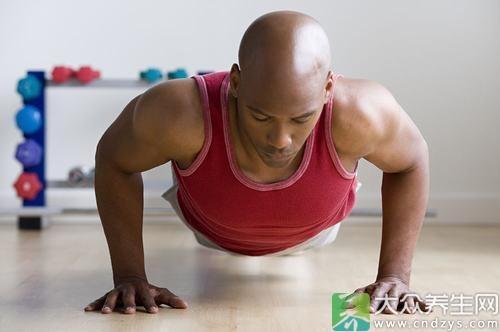 将双手分别平放在离肩膀约一个拳头间隔外的二张椅子上,身体尽量保持一条直线,然后做俯卧撑。这一运动可锻炼上臂的肱三头肌
