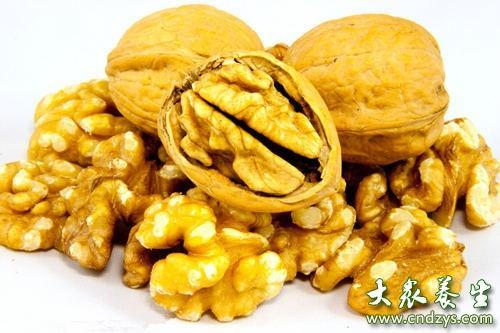 因其富含不饱和脂肪酸,被公认为中国传统的健脑益智食品,孩子们一定要食用喔。每日2-3个核桃为宜,持之以恒,方可起到营养大脑、增强记忆、消除脑疲劳等作用。但不能过食,过食会出现大便干燥、鼻出血等情况。
