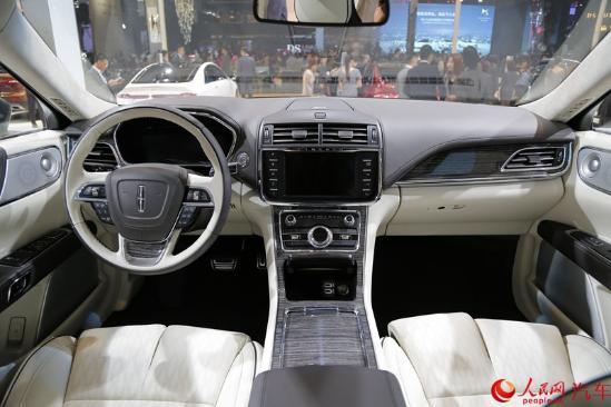 人民网成都9月2日电(胡挹工)2016成都车展于今日正式拉开帷幕,林肯大陆Continental在本届车展上公布了售价。新车使用了与最新款林肯MKZ相似的矩形中网设计,显得更为稳重大气。在车尾部分,林肯Continental采用了该品牌常用的贯穿式尾灯,比较醒目。动力系统方面,新车将搭载2.0T、3.0T两款EcoBoost发动机,此外高配车型还将搭配四驱系统。
