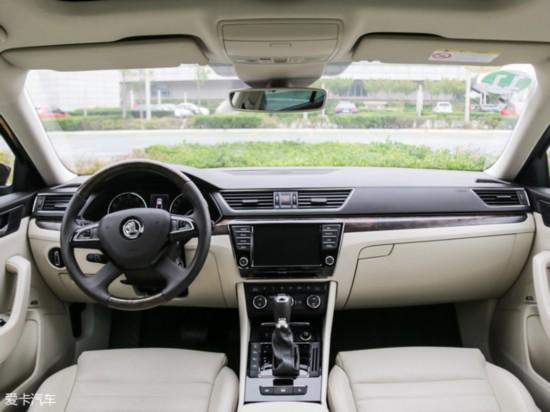 """这三款车中最先换代的斯柯达速派(下文简称:速派)与近期发布的大众迈腾(下文简称:迈腾)都采用了大众旗下最新的MQB模块化平台,而大众帕萨特(下文简称:帕萨特)依旧采用了上一代B7车型的整车平台只是换装了新的动力总成,在整车平台先进性方面速派与迈腾相对领先帕萨特。那么具体这""""三兄弟""""究竟有怎样的表现,又有哪里不同呢?下面我们就按照更新时间顺序为大家介绍一下这三款车。"""