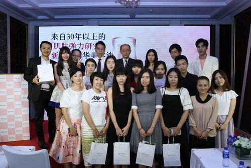 SOFINA苏菲娜北京新品媒体分享会在大家的欢笑声中落下句点,最后到场的媒体与花王代表、特邀嘉宾一起拍照留念,定格美丽欢乐时刻。