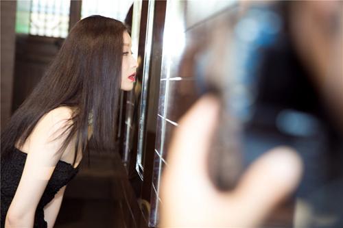 9月2日,国际某顶级奢侈珠宝品牌在成都举办揭幕活动,倪妮一身黑色抹胸配干练裤装现身,优雅大方。活动现场,品牌大中华区集团总裁Mr.Laurent Cathala宣布重磅消息:倪妮将担任该品牌形象大使,据悉,这是该品牌的首位中国品牌形象大使,意义非凡。