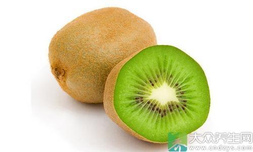4、猕猴桃:寒性水果,多吃对肠胃有刺激,最好只吃中间绿色部分,容易引发过敏。
