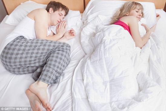环球网综合报道生活中,我们经常可以看到这样的情形:在同样气温中,男性更容易感到燥热而女性更容易冷。据英国《每日邮报》8月31日报道,其实男女在体温上的差异是由血液循环、体型等多方面因素造成的。