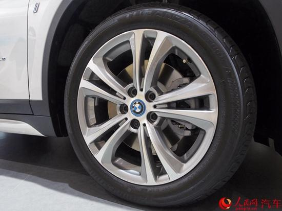 在外观上,全新X1插电式混合动力版延续了普通版车型的设计风格,仅在细节之处有所区分,带有混动车型特殊的标识,左前翼子板处多出了插电接口。在车身尺寸上,该车长宽高分别为4565/1821/1613mm,轴距为2780mm。