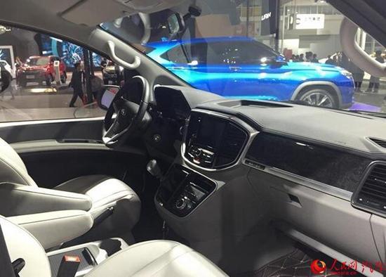 新车采用了饱满的造型设计,宽大的六边形进气格栅和下方的前保险杠处使用了大量的镀铬饰条,其前大灯还配备了透镜。瑞风M4的车身侧面线条方正,尾部线条简洁流畅。除此之外,全新瑞风M4还配备了倒车影像和泊车雷达。
