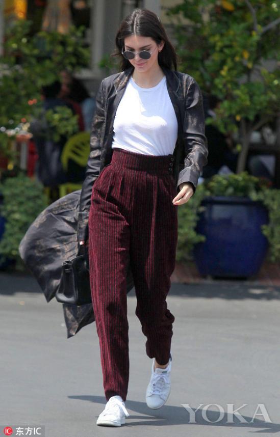 黑色LOOK气场超级强,无论是搭配短裤、长裤、连衣裙还是Crop Top,都能让你髦搭配不着凉。