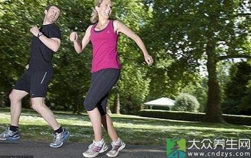 慢跑亦称为缓步、缓跑或缓步跑,是一种中等强度的有氧运动,目的在以较慢或中等的节奏来跑完一段相对较长的距离,以达到热身或锻炼的目的。慢跑对于保持中老年人良好的心脏功能,防止肺组织弹性衰退,预防肌肉萎缩,防治冠心病、高血压、动脉硬化等,具有积极的作用。同时也必须关注慢跑鞋等一些细节。可加速脂肪消耗达到快速的减肥目的。