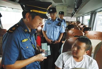 昨日,京开高速西红门收费站,执法人员询问乘客相关信息。新京报记者 尹亚飞 摄