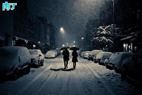 """"""" 昨儿晚上做了一个奇怪的梦,有夜晚,有路灯,有雪,有伞,唯独~没有你。"""" 分享这样一组LOMO图片与你,感谢喜欢。"""