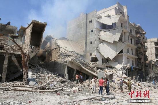 """近日,据美联社报道,叙利亚阿勒颇的儿童深受战乱之苦。但最近曝光的照片显示,天真的孩子们在战乱的硝烟中依然保持着天真快乐的状态。几个叙利亚小男孩正在""""泳池""""中游泳,他们的泳池是被炸弹炸开的大坑,周围还堆着建筑损坏留下的碎石。一名红衣小男孩在腾空跳水,这些无辜的孩子们享受着难得的平静时光。这可能是叙利亚少有的宁静一刻了。"""