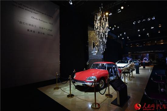 """长安PSA DS品牌总经理普华杰先生、长安PSA销售分公司总经理周江先生,以""""影片""""的形式,通过大屏幕回顾了DS入华四周年的成绩,并强调了DS对西南市场以及用户的重视。""""自2012年进入中国,DS成绩斐然,4年推出4款国产车型,品牌知名度从0提升到65%,建立起100多个销售网点,用户基盘也已经达到了6万。DS在成都的销售情况一直不错,这要归功于3家优秀的经销商,以及成都消费者的信任与支持。"""