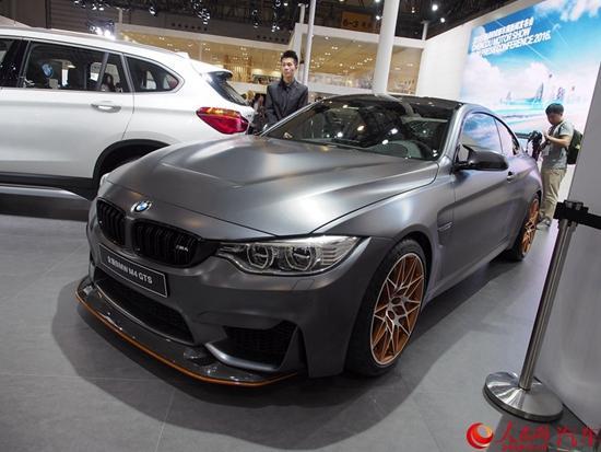 宝马M4 GTS基于M4打造,在外观、内饰以及性能上都有所升级。新车采用了全新的外观套件,车身更加低矮宽大。新车还在外观上加入了更多空气动力学组件,包括加装了突出的前唇和夸张的尾翼以增加了下压力,外后视镜也采用了低风阻造型设计。