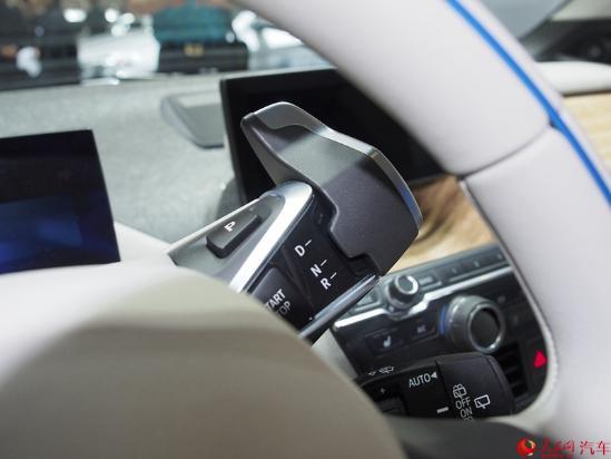 人民网成都9月3日电(鄂智超)在2016成都国际车展前夕,宝马在中国市场正式推出了i3升级版车型。新车将有着两款纯电动版车型和一款增程式车型,售价区间为42.28万至52.28万元。