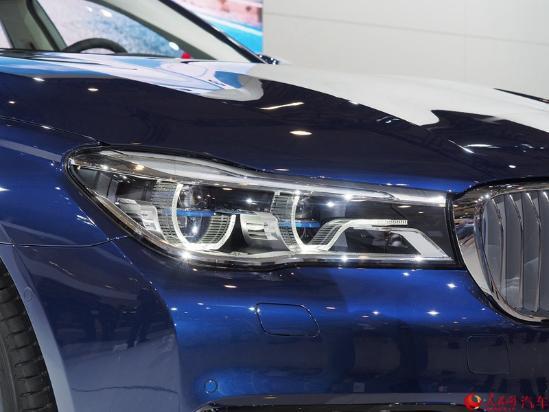 人民网成都9月3日电(鄂智超)在刚刚开幕的2016成都国际车展上,宝马7系未来百年特别版正式上市,售价为150万元。新车是为了纪念宝马汽车诞辰100周年而特别推出的特别版本,基于750Le插电式混合动力版打造,限量推出100台。