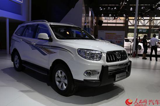 """图雅诺国V在超强承载、超大空间的基础上,又实现了""""四大升级"""",即承载升级、操控升级、安全升级、节油升级。从承载力看,该款车型选用高承载、大速比后桥,使整车承载力显著提升;手动变速箱由5挡升级为6挡,换挡更平顺清晰;从安全性看,标配最新一代的ABS+EBD,制动明显提升,驾乘更安全;从油耗看,图雅诺国V采用BOSCH全新一代智能电控高压共轨技术,燃油经济性提高10%。"""