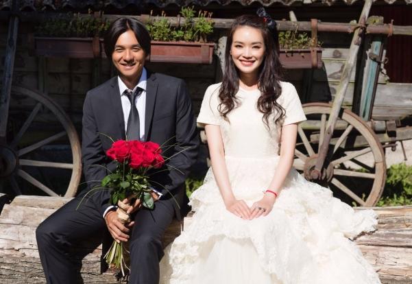 据香港媒体报导,冯德伦和舒淇成婚,两人将在布拉格举办婚礼。舒淇经过寰亚公关晒出两人的婚照,证明两人曾经成婚,但没有说何时结。