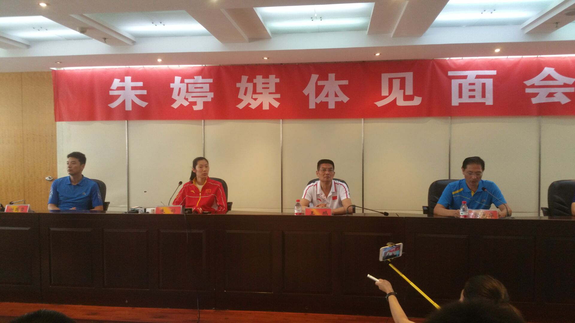 大河网讯 (记者王书栋文/图)9月3日11时,国家女排的主攻手河南女人朱婷定时出如今河南省体育局六楼集会室,与媒体记者碰头。