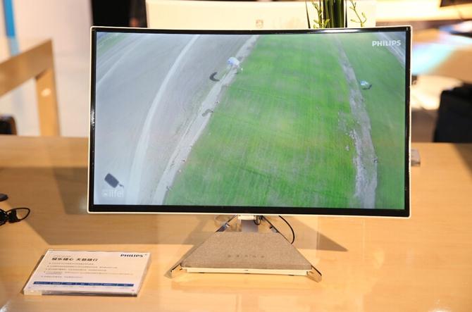 前往飞利浦展台的参观者可以通过这款号称市面上尺寸最大的4k曲面显示器 40英寸Brilliance曲面显示器体验从未有过的专注感。消费者在今年第四季度就可购买这款40英寸显示器。