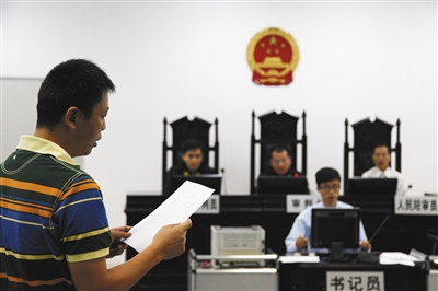 今年7月11日,广州南沙区法院和检察院签署协议,开展认罪从宽试点。图为南沙区法院庭审现场。图/视觉中国