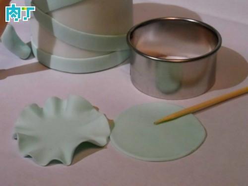 浅绿色圆片用牙签压出皱褶花边