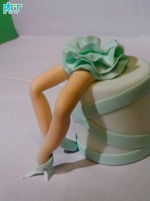 叠放在舞女的身体上,成为她的短裙