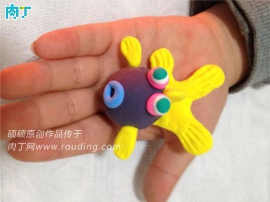 小朋友你们知道吗?小金鱼很容易饲养,形态优美的金鱼还能美化环境呢,很受人们的喜爱,是我国特有的观赏鱼。现在就教给大家制作轻粘土金鱼,也是很漂亮的呢!