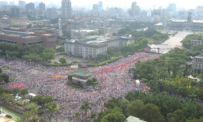14.5万参加抗议活动民众挤满凯达格兰大道。(图片来源:台湾《中时电子报》)